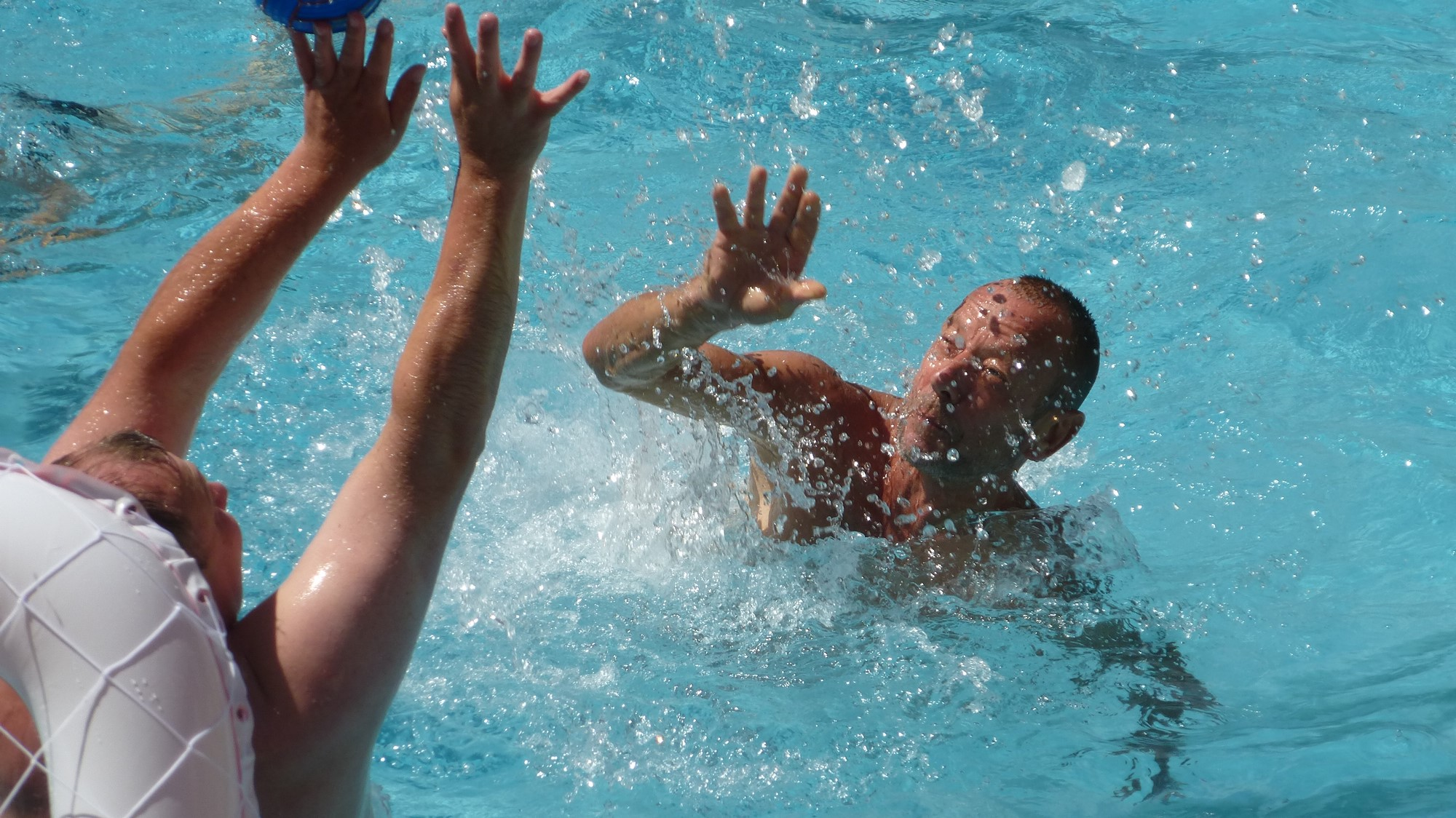 Jeux aquatiques dans la piscine