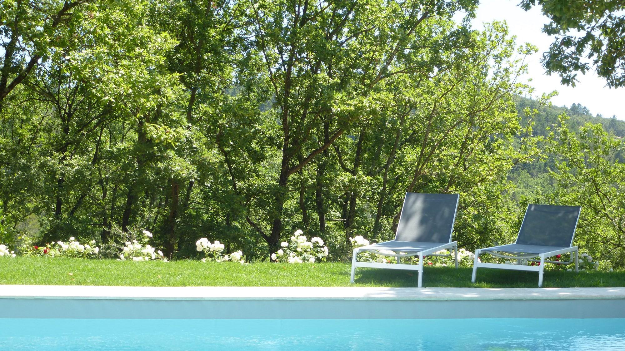 La piscine et ses transats